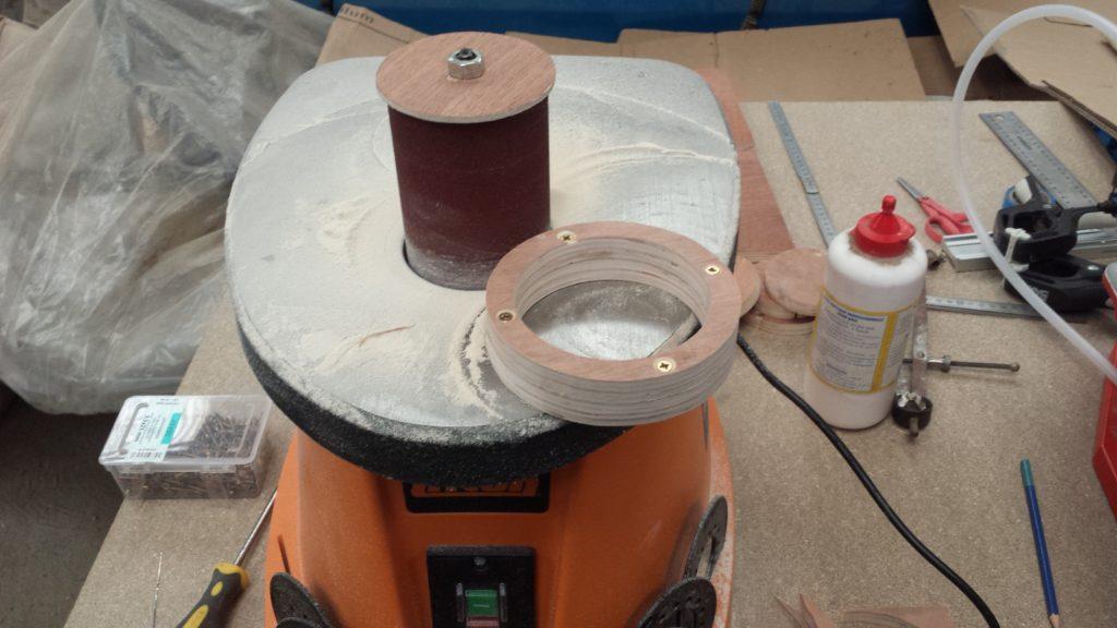 Photo de l'ensemble de la buse sur la ponceuse oscillante.
